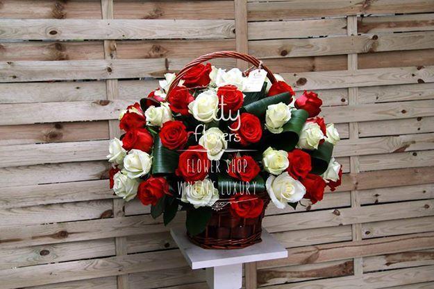 Cos trandafiri rosii si albi