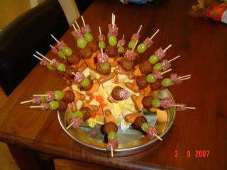 Een oude kindertraktatie die het altijd goed deed!  Sommige spiesjes met fruit, andere met hartige dingen! Mama maakte van een kool een egel!