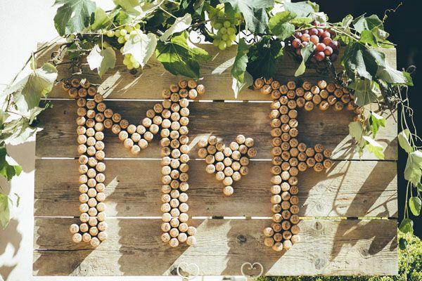 wine corks wedding monogram http://weddingwonderland.it/2016/04/matrimonio-a-tema-vino-e-uva.html