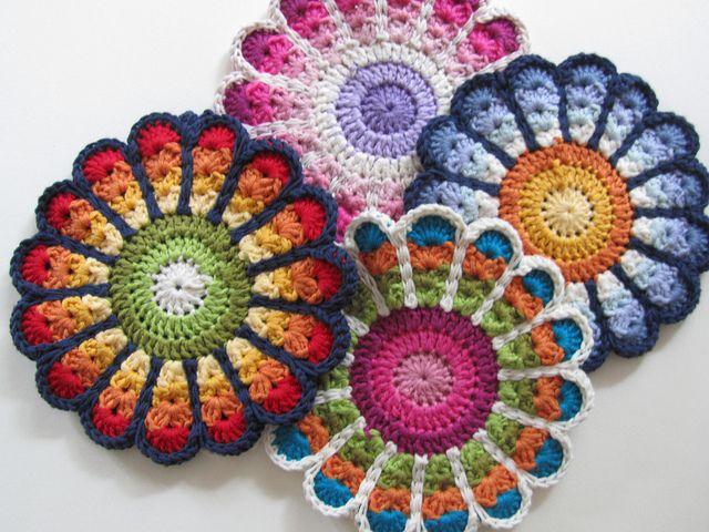 Lovely flower potholders. Free pattern : ttp://www.ravelry.com/patterns/library/flower-potholders