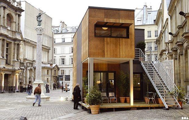 歴史的な石畳の街並みの中に突如現れたおしゃれなコンテナハウス。「LOGEMENTS PRÉFABRIQUÉS ALGECO」という名のこの建物、実はALGECO(アルゲコ)というフランスのコンテナ会社が住宅用のモジュールハウスとして提案した