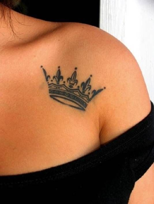 Stylish and original tattoos on the collarbone