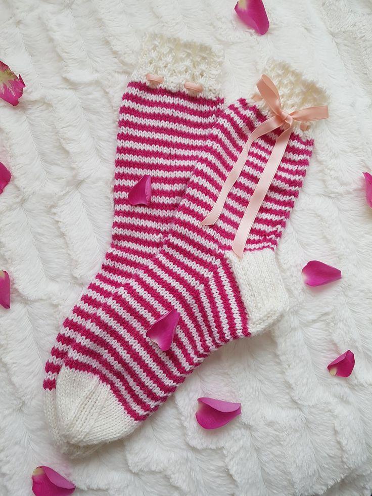 Moikka! Tällä kertaa syntyi aivan erilaiset sukat, kuin mitä aloittaessa olin suunnittelut. Tarkoituksena oli tehdä itselle sukat, joissa o...
