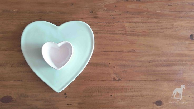 A mint ceramic platter plate perfect for serving snacks.  290mm l x 280mm w x 55mm h #homedecor #ceramic #heart #mint