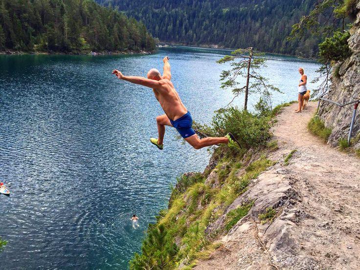 Falls ihr diesen Sommer auch bei der Tiroler Zugspitz Arena unterwegs seid und Abkühlung braucht dann schaut doch gerne beim Blindsee vorbei.  Teilt mit uns euren Lieblingssee und gewinnt tolle Preise! :) ©Tiroler Zugspitz Arena #xcotdcliffdivingtirolerzugspitzarena #xchallengebackstage #discoverthemountains #xchallenge #lovetirol #xchallengegoestirol