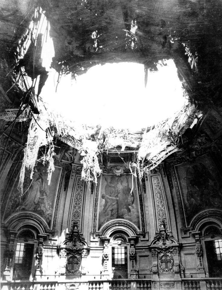 Die Kuppel nach dem Einschlag der Brandbombe zum Ende des Zweiten Weltkriegs