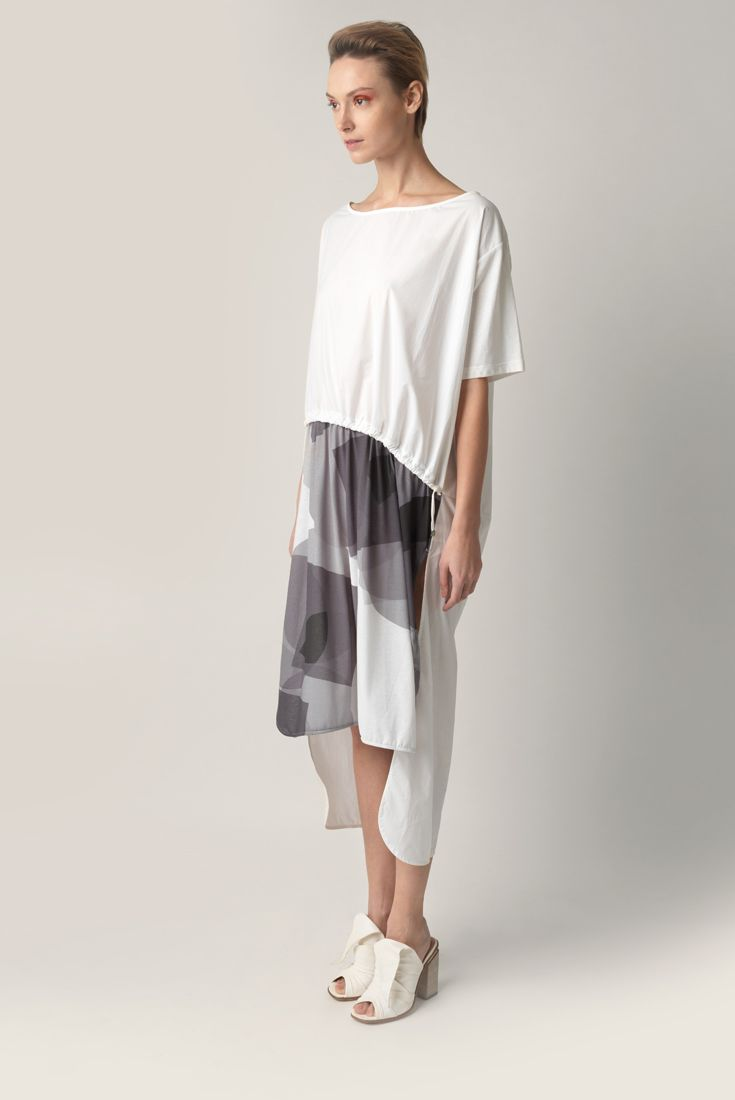 Oversize t-shirt Malloni, knee length. Short sleeves, round neck and drawstring waist. Rounded border and side splits, fits longer at the back. Dress made of two fabrics: jersey with