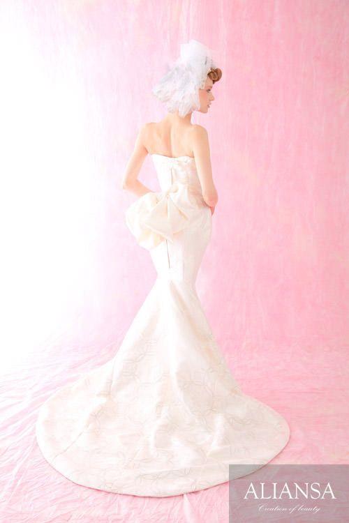 白無垢の柄を活かし、光によって柄が浮き出すシンプルながら贅沢なマーメイドドレス♪ ♡オリエンタルな花嫁衣装ウェディングドレスまとめ参考一覧♡