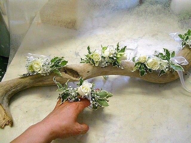 Braccialetti per Damigelle!roselline bianche e verde variegato...