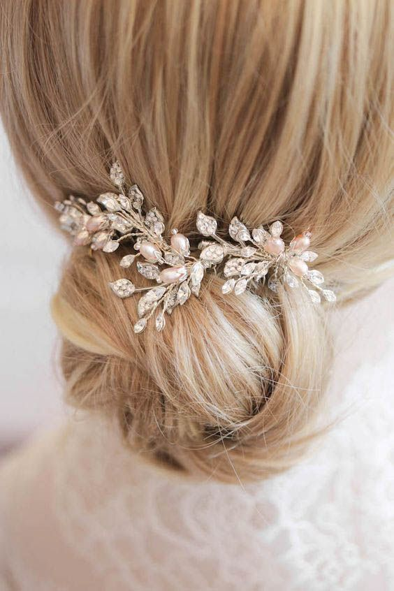 A stunning silver and blush hair comb, perfectly placed above a romantic updo. Featuring soft pink freshwater pearls, this hair comb is sure to delight.