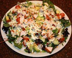 Salade met gerookte kip en pesto-yoghurtdressing