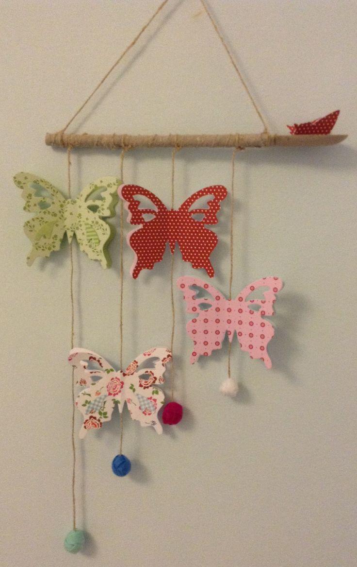 Mobile ottenuto da un mestolo, decorato con farfalle in cartoncino, spago e palline di pannolenci colorato. Per decorare la camere dei bimbi!