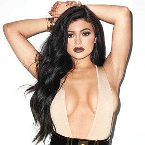 Kylie Jenner compra casa de US$45 milhões     Kylie Jenner é uma empresária de sucesso e a garota de 19 anos acaba de comprar de uma nova casa de US$4.5 milhões de dólares. O plano é acomodar sua empresa a kylie Cosmetics na casa que vem crescendo gigantescamente. Bem diferente da maioria dos jovens da sua idade kylie que tem outra propriedade em Calabassas California avaliada em US$39 milhões investe bem seu dinheiro. Calabassas é onde a grande maioria de sua família vive. A mocinha…