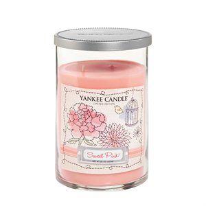 Sweet Pink:  En doft av romantisk blommande söt nektar. Ingår i serien Dream Garden som finns i begränsad upplaga 2014. Tre blommiga dofter finns i tre storlekar och utförande. Läs mer på www.yankeecandle.se