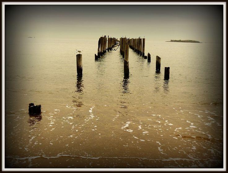 Зимний пляж на Стетен Айленде...прилив...безветренный вечер...на горизонте Хоффман Айленд...маленький островок при входе в НЙ залив...
