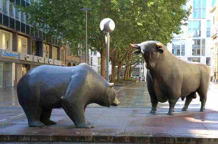 Vor der Frankfurter Börse kämpfen sybolisch Bär und Stier: Die Anleger können nur hoffen, dass sich der Stier durchsetzen kann und die Kurse steigen...