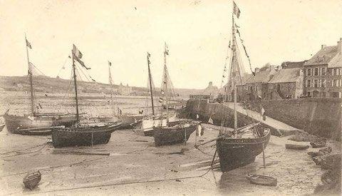 Les grands sloops du Conquet à l'échouage au Drellac'h le jour de la bénédiction. De gauche à droite, la gabare des Ponts et Chaussées la Mouette,  Le Saint Michel avec la coque blanche le Reine de France, puis le Dom Michel et le Cosmopolite