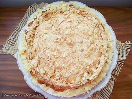 Tort cu cremă de iaurt şi bezea