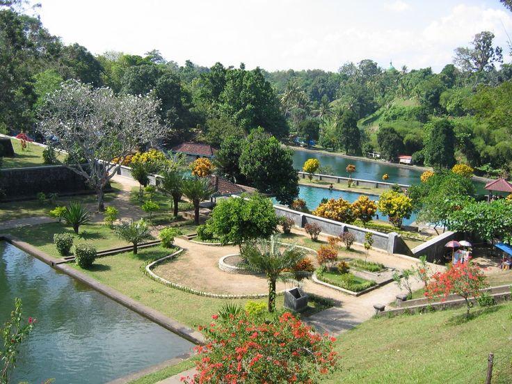 Menikmati segarnya air gunung rinjani tanpa harus mendaki tak lagi mustahil dengan mengunjungi Taman Narmada. Suasananya yang hijau nan bersih tak pelak membuat Dolaners ketagihan mengunjungi taman buatan berkonsep modern ini.[Photo by http://penabiru.com/]