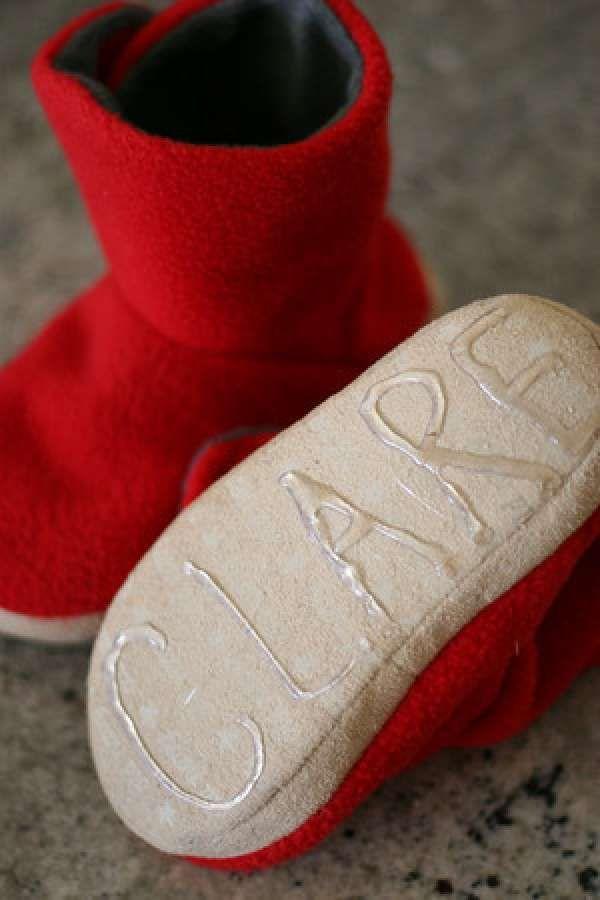 Comment empêcher les pantoufles de glisser | Faites des formes ou des lettres avec la colle chaude sur les semelles des pantoufles. Une fois la colle sèche, elle formera une partie rugueuse qui vous empêchera de glisser.
