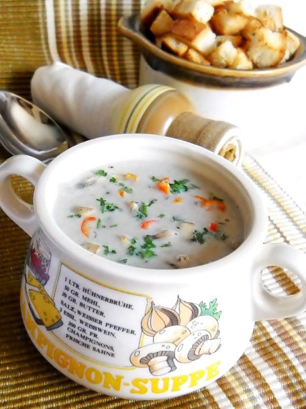 Ingrediente: 800 g ciuperci champignon, 50 g unt, 50 ml ulei, 1 ceapa, 200 ml smantana de gatit, 2 galbenusuri de ou, sare, piper alb dupa gust, 1/4 legatura patrunjel verde, 1 ardei mic iute(optional), crutoane, Preparare: 500 g ciuperci le spalam si le taiem felii. Punem la incins 50 ml ulei impreuna cu 50