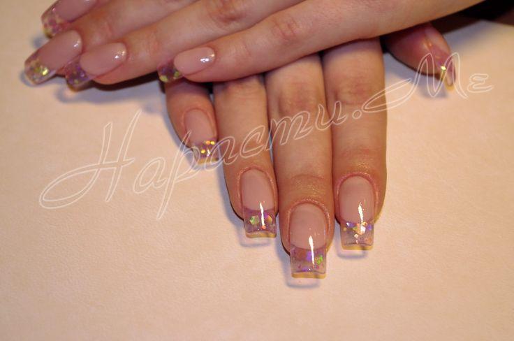 Прозрачный кончик ногтя выполнен акрилом, ногти нарощенные на формах.