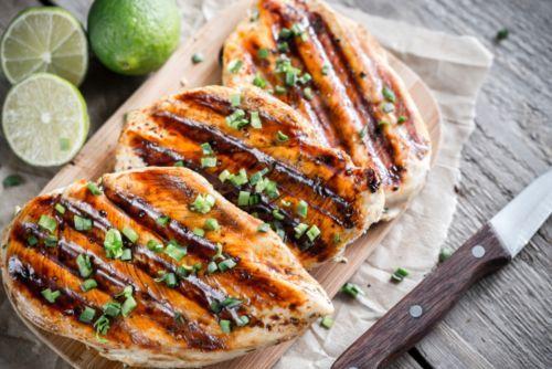 Poitrines de poulet grillées à la sauce sucrée et piquante