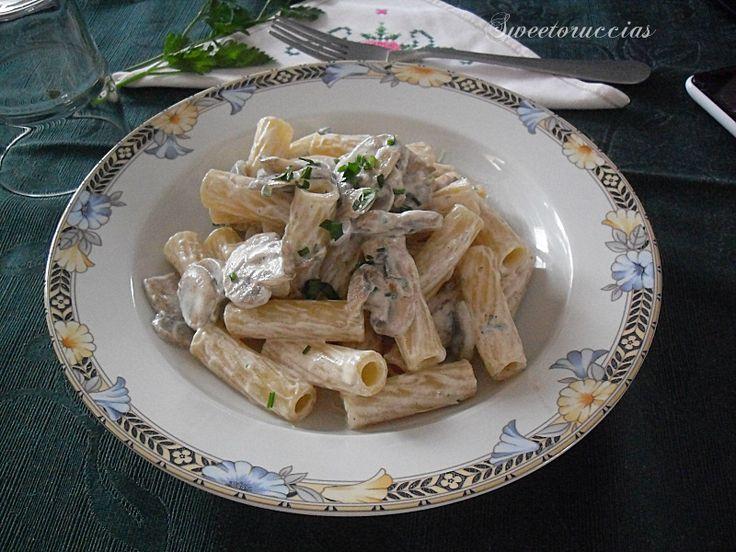 Pasta con la Panna e Funghi Champignon per servire in tavola un primo piatto che apprezzano in tanti, grandi e piccoli. cremoso e sfizioso