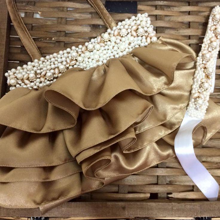 News News para nossas princesas !   Bolsa dourada de babados com aplicação de pérolas e strass.