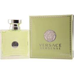 Versace Versense is de naam en deze suggereert een belofte voor de zintuigen. Het doet denken aan de natuur. Door de lichtgroene verpakking heeft het geurtje een frisse uitstraling en zo ruikte deze ook.
