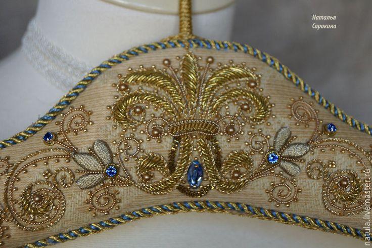 Купить Вешалка декоративная с золотой вышивкой. - золотой, вешалка для одежды, вешалка для бижутерии, вешалка для фотосессий