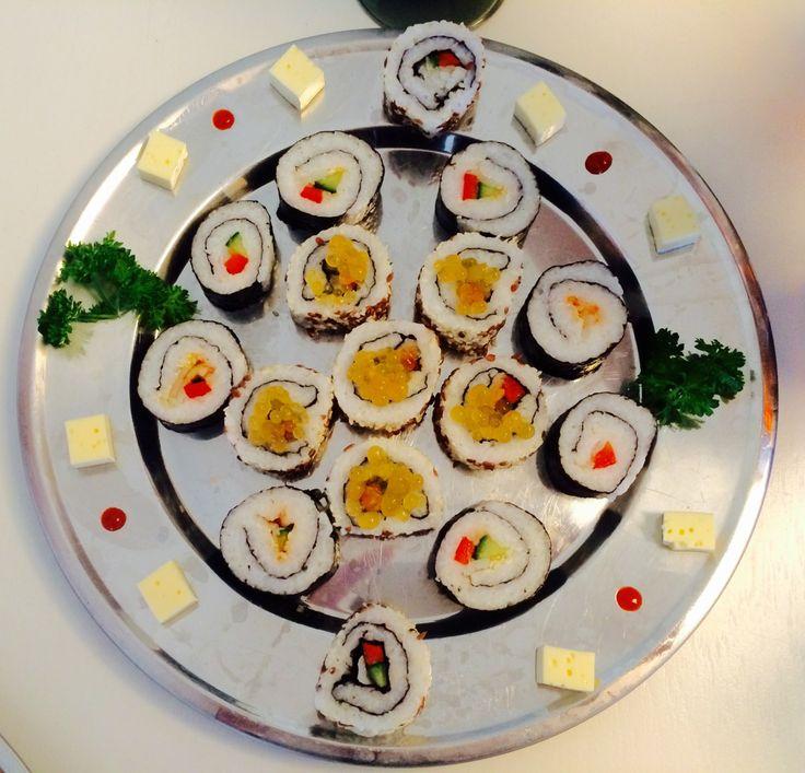 Du behøver ikke at bruge i dyre domme for at spise lækker sushi. Med al respekt for de kokke, de har en lang uddannelse bag sig i Japan for at lære sushiens kunst; så kan man godt lære at lave sush…