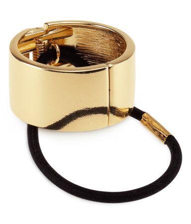 Et hårspænde formet som en metalring. Spændet kan åbnes og har elastik indvendigt.