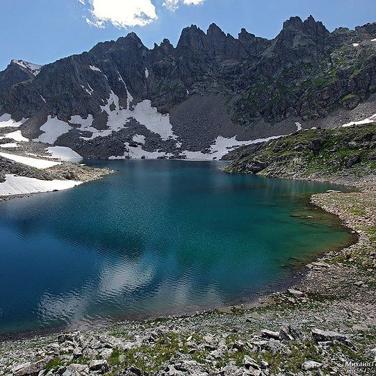 Не смотря на кажущуюся суровость горные озёра нежные и ранимые. Пребывая в этой красоте хочется любоваться вечно, голубой водой и острыми пиками гор. Глубина манит и зовёт окунуться в ледяную синь.  #синь #синий #синиикит #озеро #хребет #недобрый #мрачный #скалистый #горы #цепь #пучина #бездонный #красота #порусски #широтадуши #душагорода #око #околофутбола #около #окогора #goodmorning #доброеутро {{AutoHashTags}}