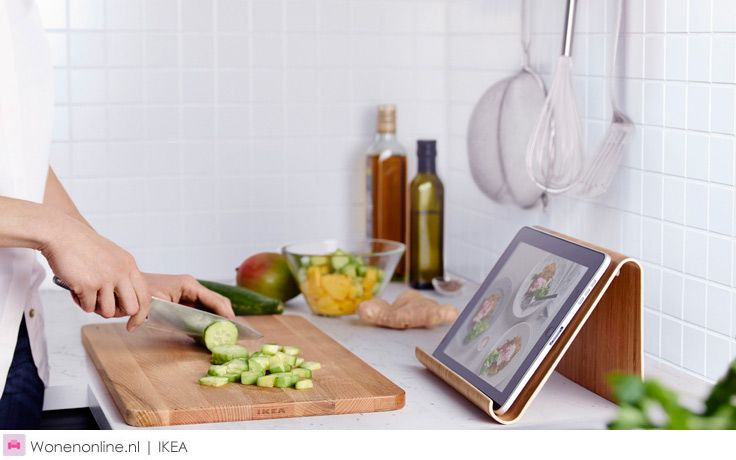 Je tablet onder de kookspetters, tomaten die van het aanrecht afrollen en kruidenpotjes die je nergens kan vinden: thuis koken kan een stuk makkelijker volgens IKEA. Daarom komt het woonwarenhuis met de stijlvolle en praktische RIMFORSA serie.