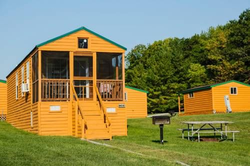 Plymouth Rock Camping Resort Deluxe Cabin 16 Plymouth (Wisconsin) Offering an outdoor pool, Plymouth Rock Camping Resort Deluxe Cabin 16 is situated in Elkhart Lake. Belgium is 35 km from the property. Free WiFi is offered .  All units are air conditioned and include a flat-screen TV.