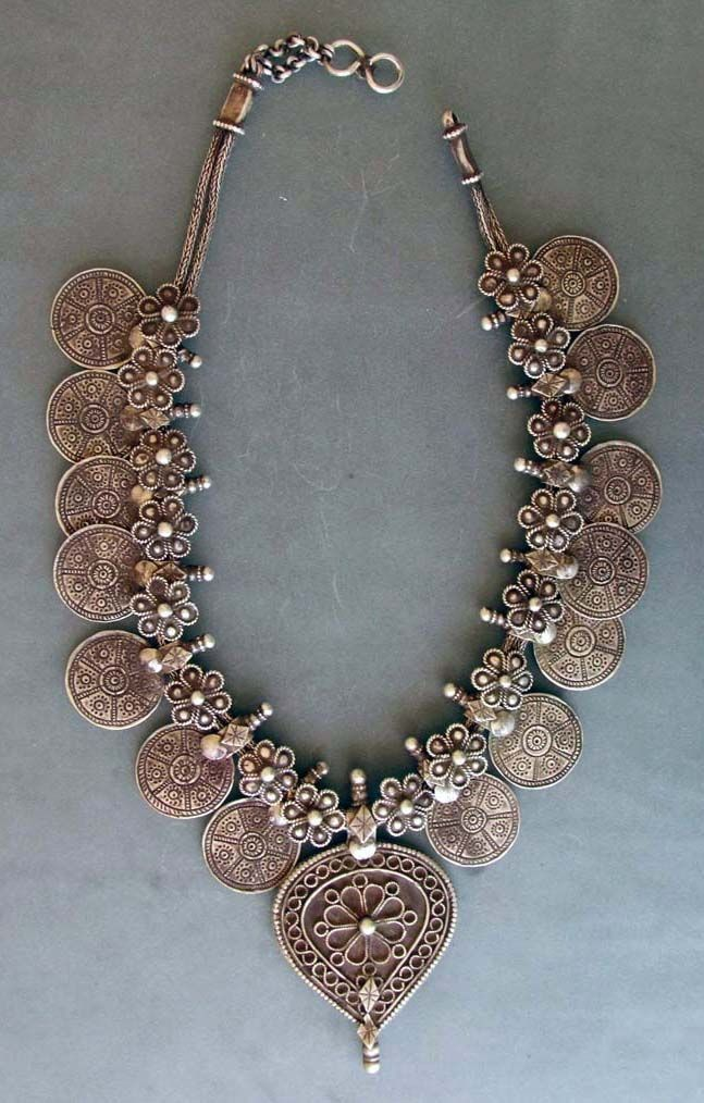"Silver necklace (""kanthiolo hullar"") from the early 20th century, from Gujarat."
