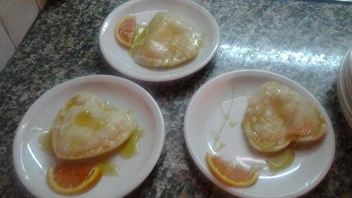 Seadas con ricotta e buccia d'arancia grattugiata, guarnita con miele e una fetta d'arancia, ti piace?
