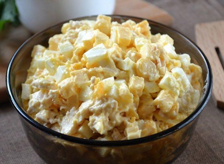 Astăzi vă prezentăm o salată cu ingrediente simple și accesibile. Salvarea gospodinelor când oaspeții vin pe neașteptate. INGREDIENTE: -3 ouă fierte; -120 gr maioneză; -300 gr piept de pui, fiert; -120 gr porumb conservat; -170 gr cașcaval. MOD DE PREPARARE: 1.Se pregătesc din timp ingredientele. Se fierb ouăle și pieptul de pui. Nu uitați să adăugați un pic de sare în apa unde va fierbe carnea. 2.Cașcavalul se taie cuburi mărunte. 3.Pieptul, deja fiert și răcorit, se mărunțește. Îl puteți…