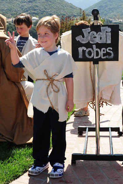 Faça trajes Jedi simples e sem costura para as crianças entrarem no personagem.