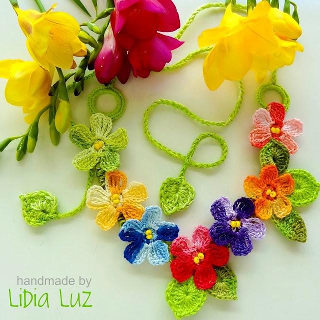 Crochet necklace, same flower, different colours