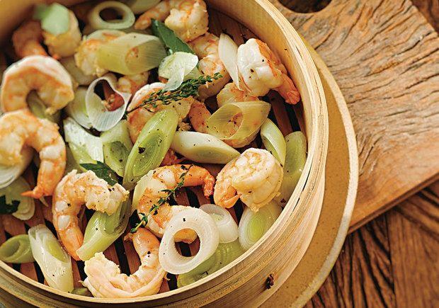 Ingredientes: 120g de camarão grande (com a cauda) Pimenta-do-reino a gosto Sal a gosto 250ml de vinho branco ½ colher de café de tomilho seco 1 folha de louro ½ dente de alho ½ talo de alho-poró •...
