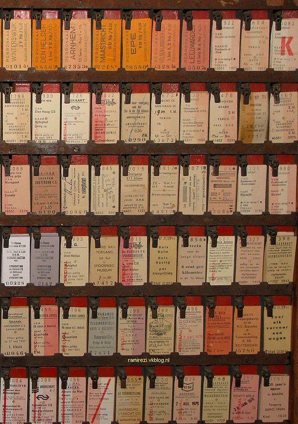 """treinkaartjes van karton, voor elk traject een ander kaartje. Ook de kleurencombinatie had een betekenis. Voor een """"enkele reis"""" werd een kaartje gehalveerd. Destijds moest zelfs een kaartje gekocht worden om op het peron te mogen (om """"weg te brengen"""" of om """"op te halen"""") dit is paneel van de kaartverkoper bij de station. De conducteur (controleur in de trein) knipte dan een echt gaatje in het kaartje. Mijn vader was een spoorman dus we hadden BVP kaartjes- Bond Voor Personeel, geloof ik..."""