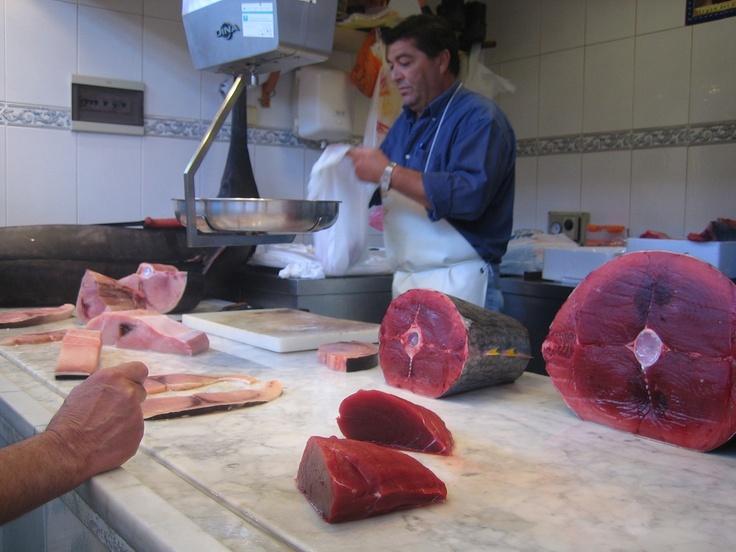 Verse tonijn op de vismarkt van Granada (Andalusië)