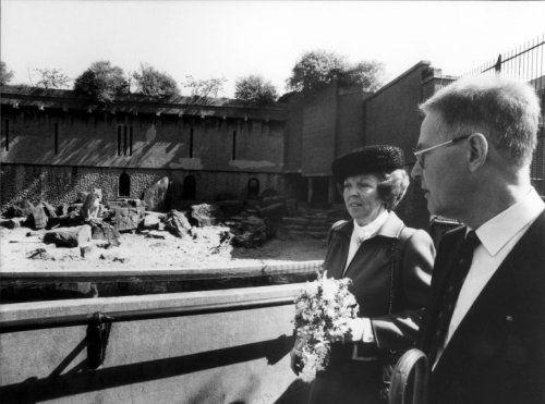 Dierentuinen: koningin Beatrix en algemeen directeur dr. B.M. Lensink in het 150-jarige Artis, 2 mei 1988.