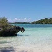 GUGUSAN PULAU NGAV, ER DAN NGODAN  Tiga pulau yang berada tidak jauh di sebelah barat laut Ohoidertawun ini merupakan destinasi favorit untuk island hopping yang dapat dilakukan dalam satu hari. Bentang pantai pasir putih dan spot-spot snorkeling dengan terumbu karang menjadi daya tarik utama ketiga pulau ini. Bila kamu beruntung, sekelompok hiu sirip hitam juga bisa kamu temui di pinggir pantainya.  #keiislands_indonesia #keiislands #keiislandmolucas #kei #keiisland #keiisthekey #maluku…