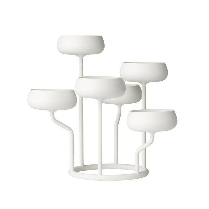 Nappula kandelaber fungerer som et vakkert blikkfang på ethvert bord. Og skaper avslappende atmosfære med enten antikke eller telys stearinlys. Materiale: pulverlakkert stål. DesignMatti Klenell. Str:Lysestake 274×263 mm hvit