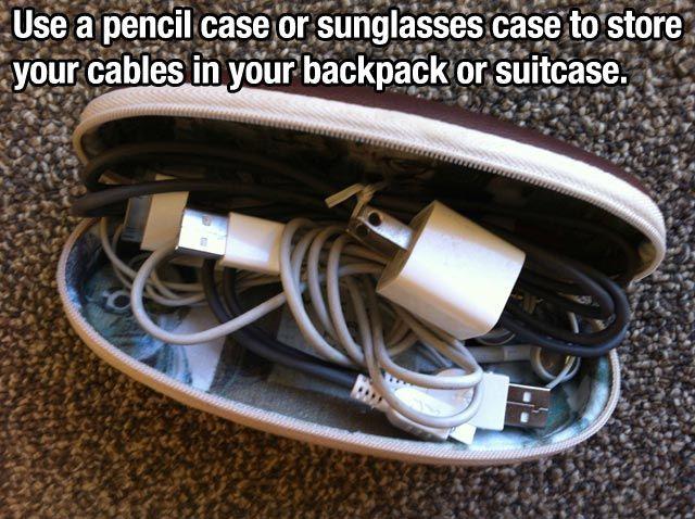 usar un porta lapices o funda para gafas  para llevar los cables en la mochila
