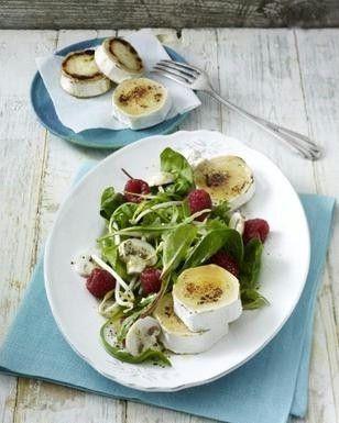 Das Rezept für Blattsalat mit Himbeeren und gratinierten Ziegenkäsetalern und weitere kostenlose Rezepte auf LECKER.de