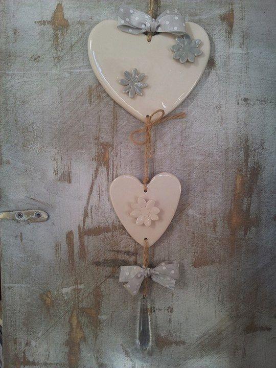 Decorazioni per la casa da appendere. Ornamenti unici, personalizzabili su richiesta. Cuori in ceramica modellati a mano. https://www.facebook.com/RiflessidArgilla/